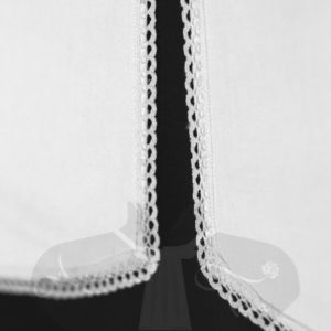 pettorina-coda-di-rondine-semplice-merletto-misto-lino-dettaglio